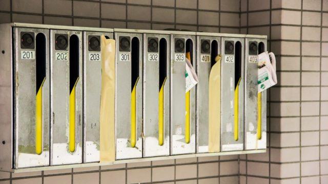 アパートの郵便ポスト