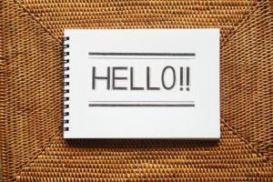 HELLOの文字が書かれているメモ用紙