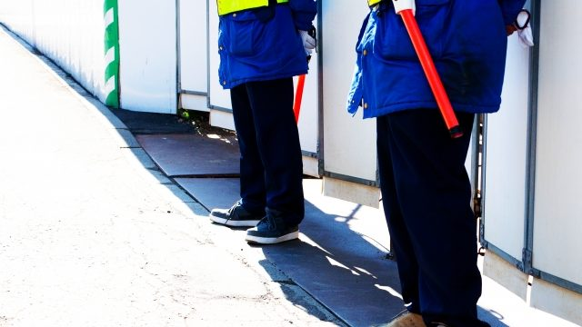 工事中の警備をしている男性2人