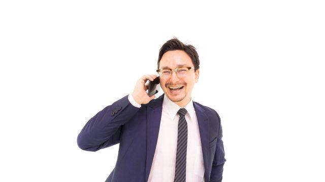 笑うスーツの男性