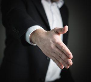スーツの男性が握手を求めている