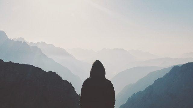 山を見る青年