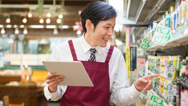 スーパーで働く男性