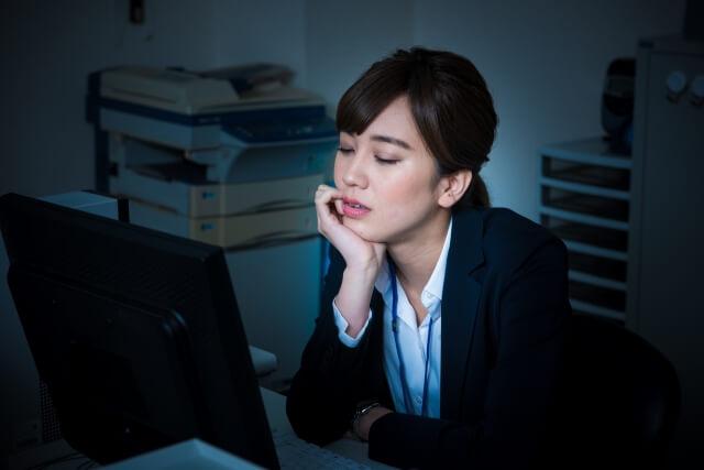 オフィスで悩む女性社員
