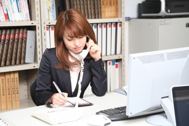 電話をする女性社員