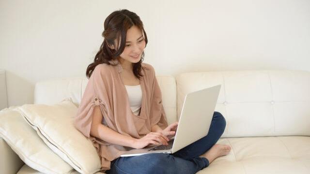 ソファでパソコンする女性