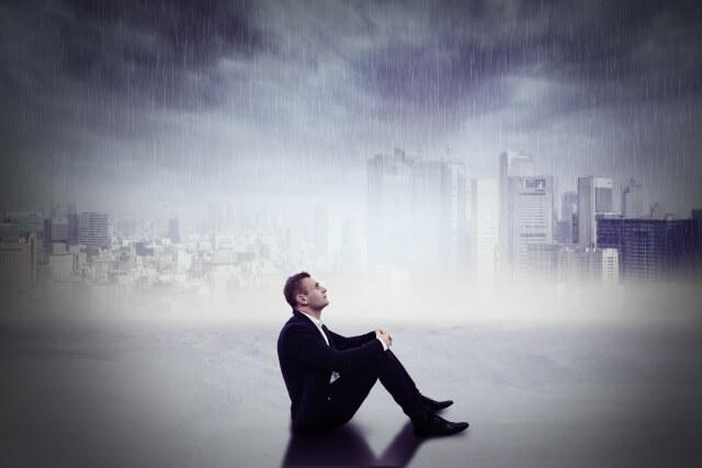 雨に打たれる男性
