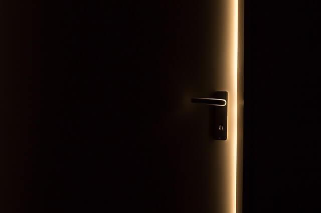 半開きの玄関ドア